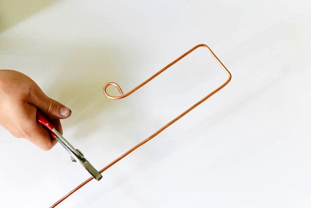 the process of creating a hanger on the door of the wire with your own hands
