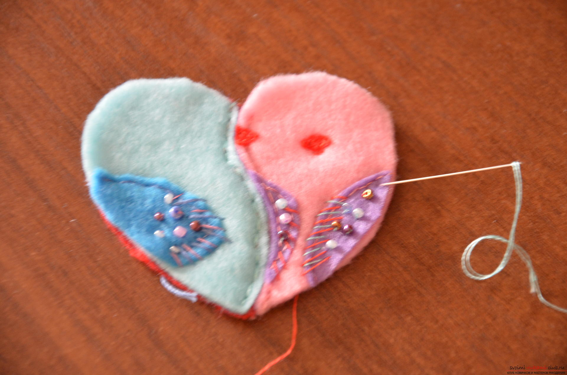 This master class Valentine will teach you how to make your own heart with bullfinches made of felt .. Photo №14