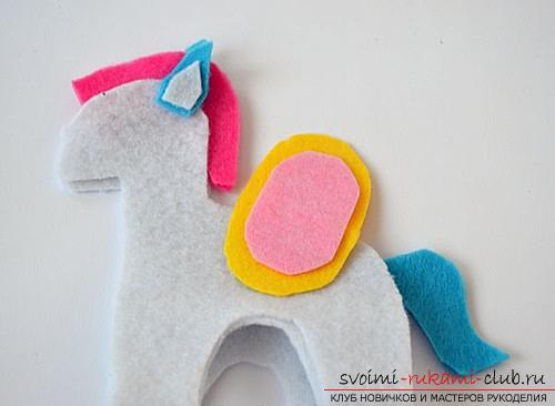 How to sew a horse out of felt with your own hands, step by step photos and detailed descriptions of the work, several different sewing options, both manually and on a typewriter. Photo №4