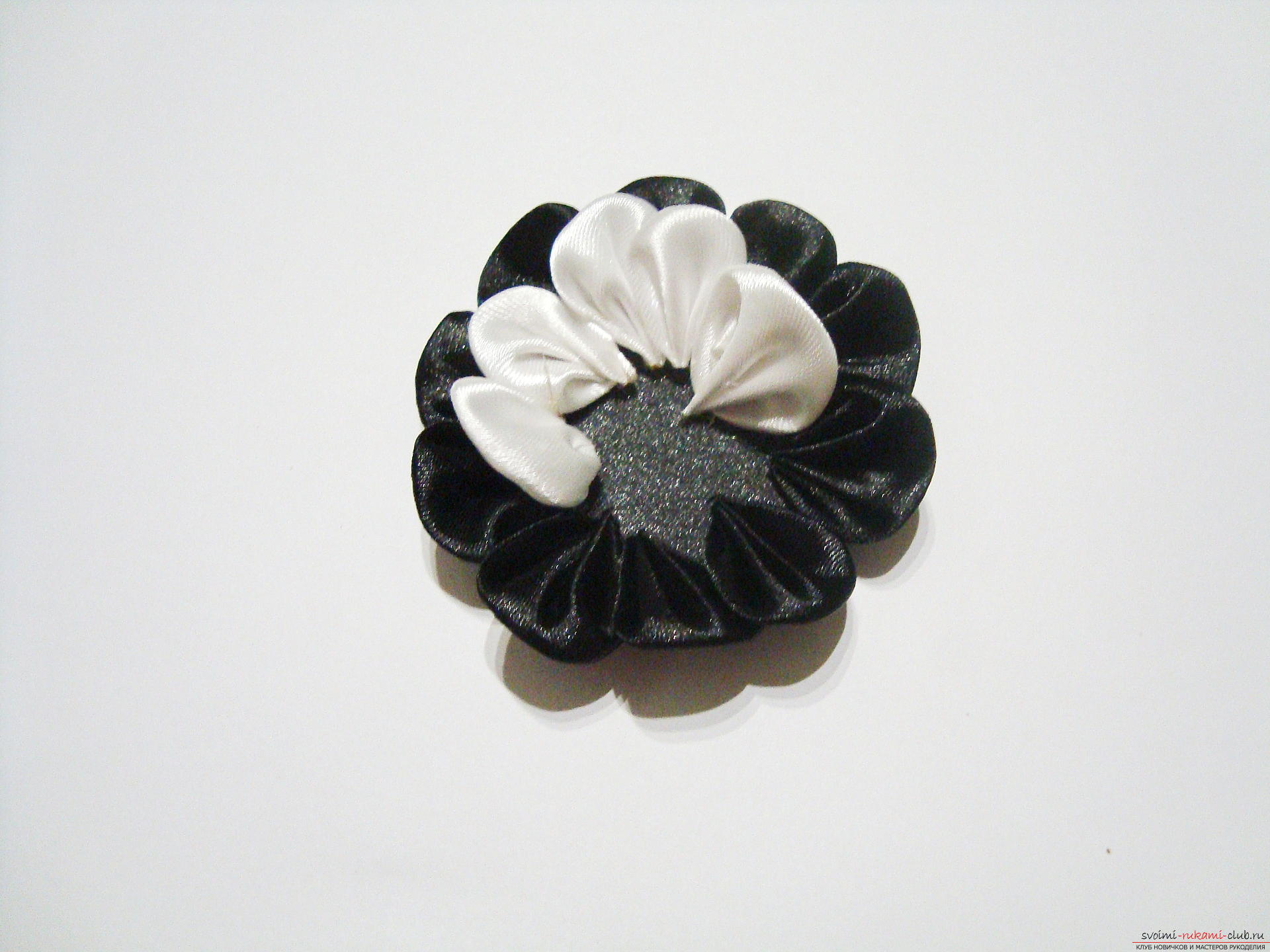 Black and white kanzash flowers are a master class and a detailed lesson with video and photo description. Photo №13