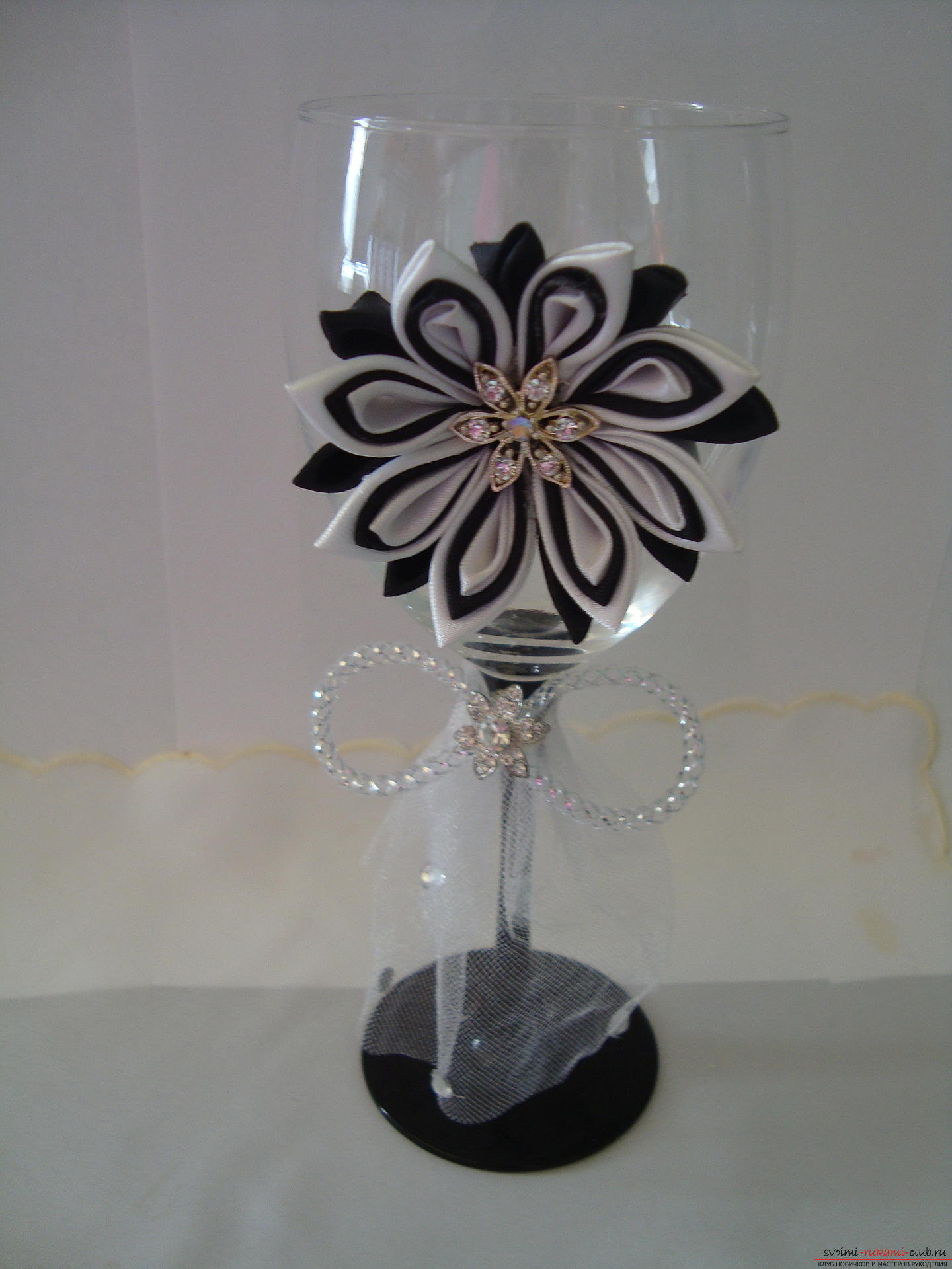 Step-by-step instruction on decorating a wedding glass with a description and a photo. Photo №27