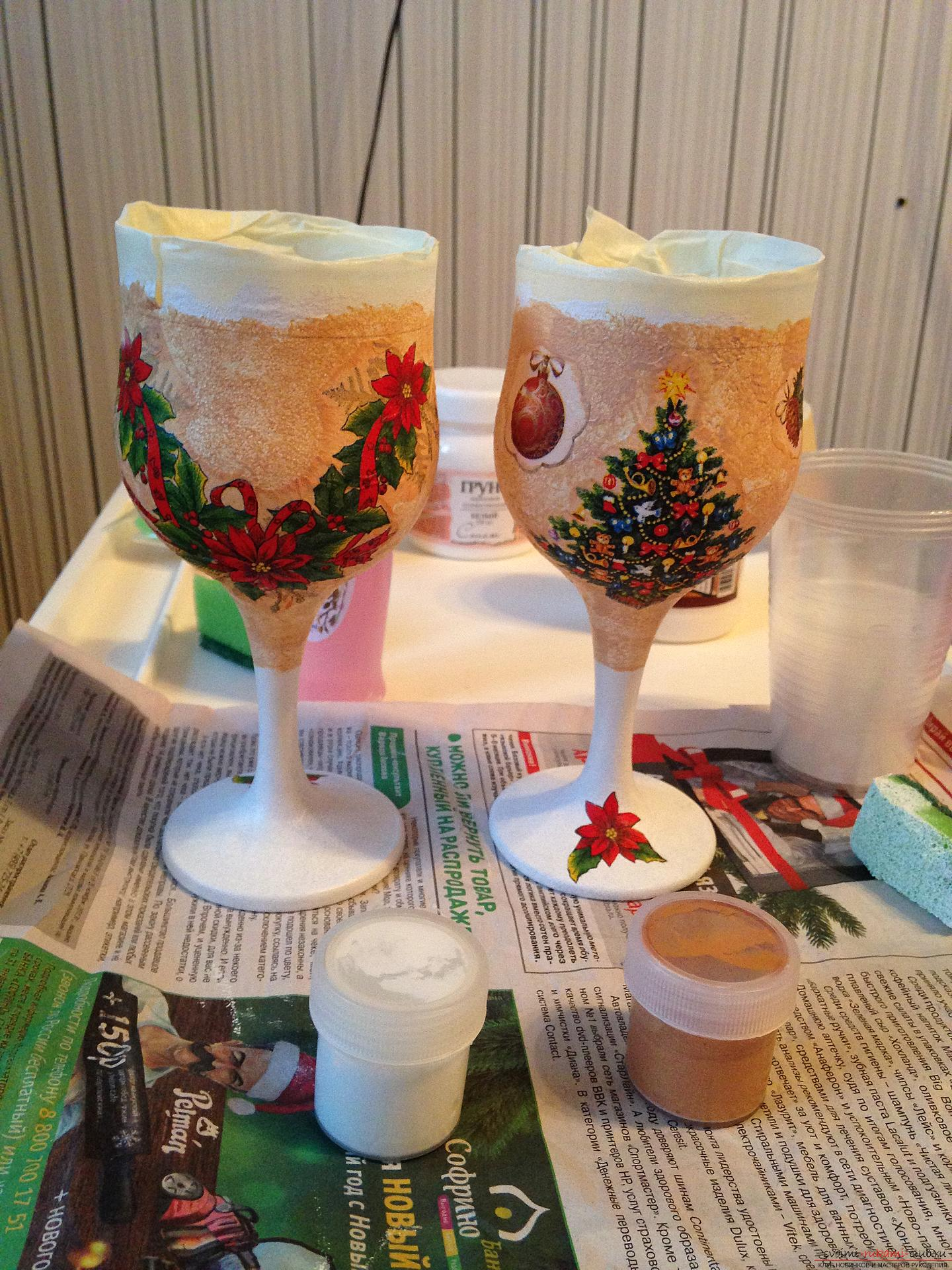 A detailed master class on decoupage teach you how to create beauty with your own hands. Having become acquainted with this description, you will learn how to make decoupage of beautiful New Year glasses to the festive table .. Photo №6