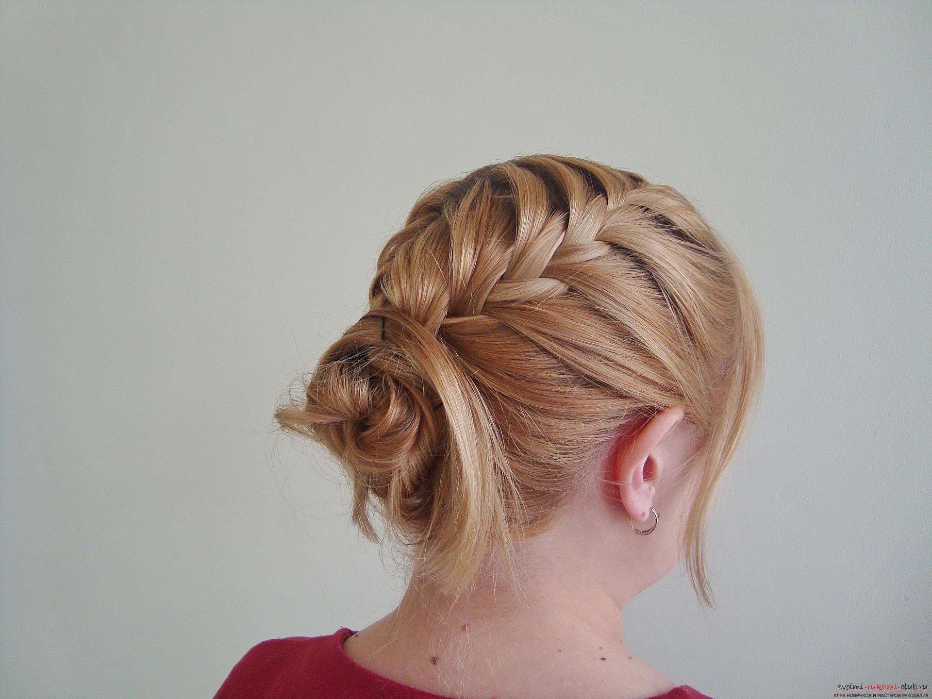 Master class hairstyles with photos will help you create the most beautiful hairstyle for the new year. Hairstyles for medium hair on the basis of a braid will last the whole evening and porozyat originality .. Photo №15