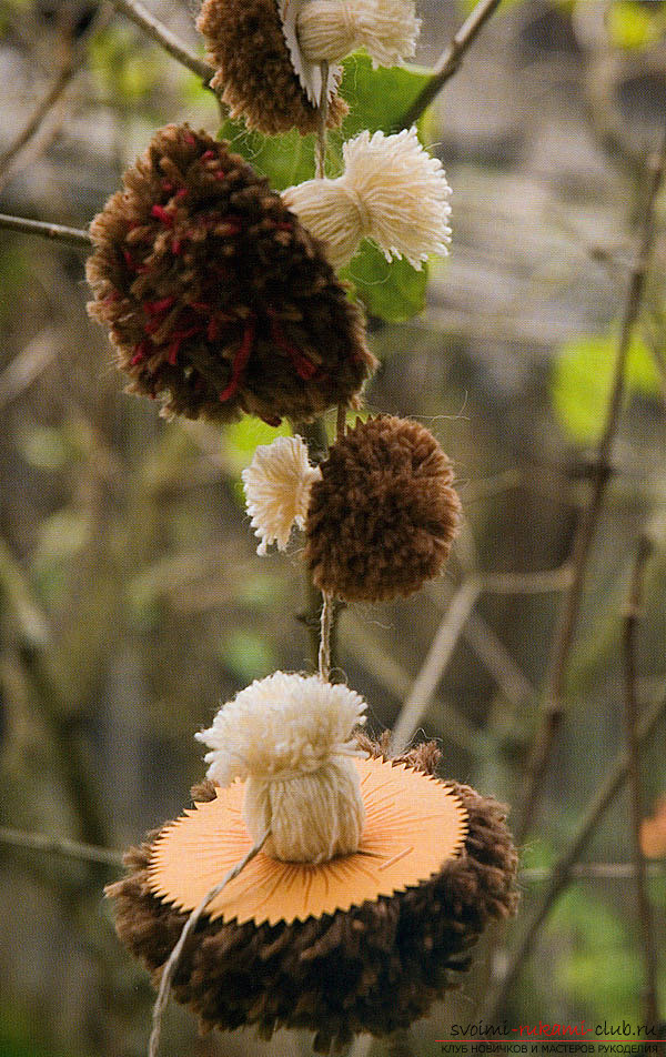 Children's autumn crafts from pompoms. Photo Number 9