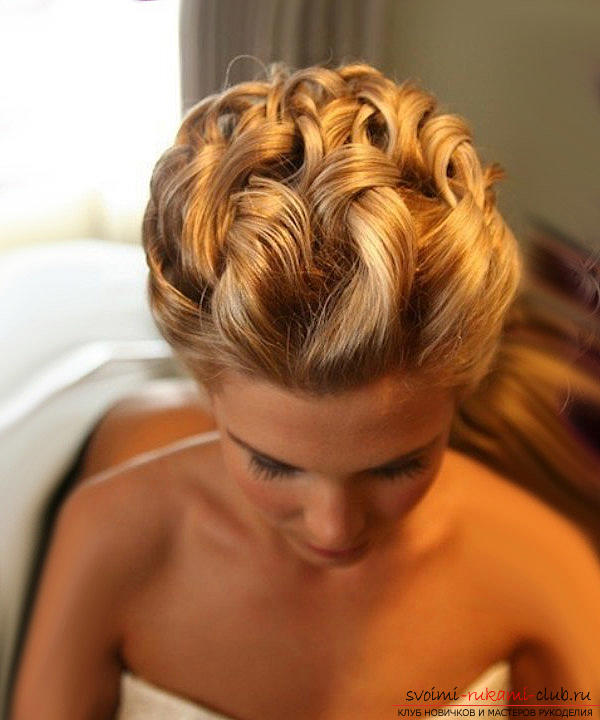 Learn how to make beautiful wedding hairstyles on medium hair with your own hands. Photo №6