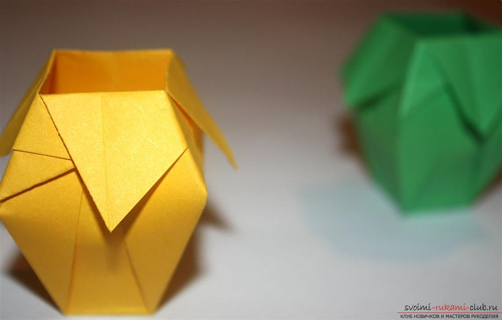 Origami, making a simple vase of colorful paper. Photo №1