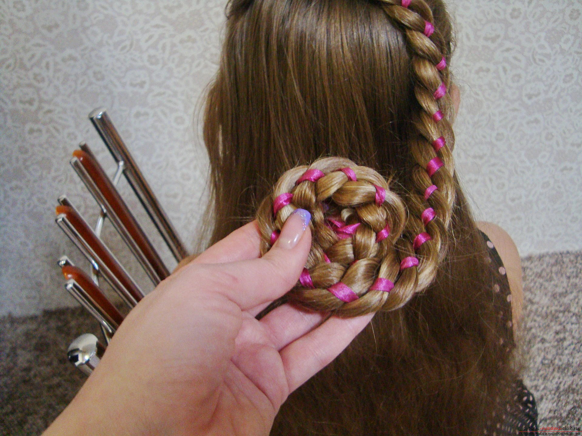 Detailed instructions with photos and videos will helpcreate a beautiful hairstyle at home. Using the master class on hairstyles, you can create an amazing image for your holiday. The braid, laid in a flower, will make a hairdress on long hair of the most beautiful .. Photo №13