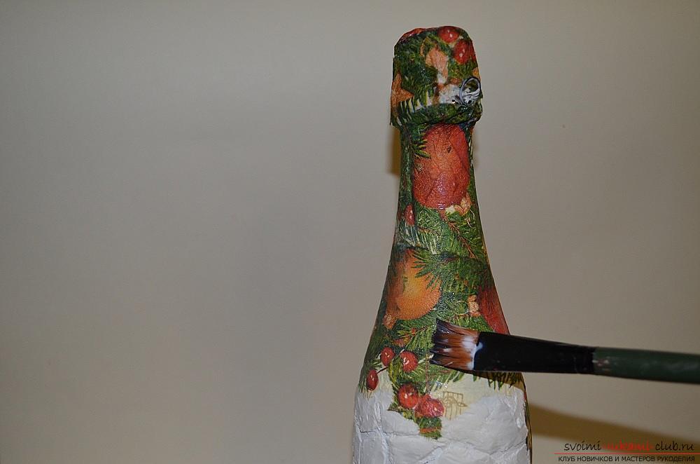 Майстер-клас з описом і фото навчить як зробити декупаж пляшки шампанського своїми руками. фото №13