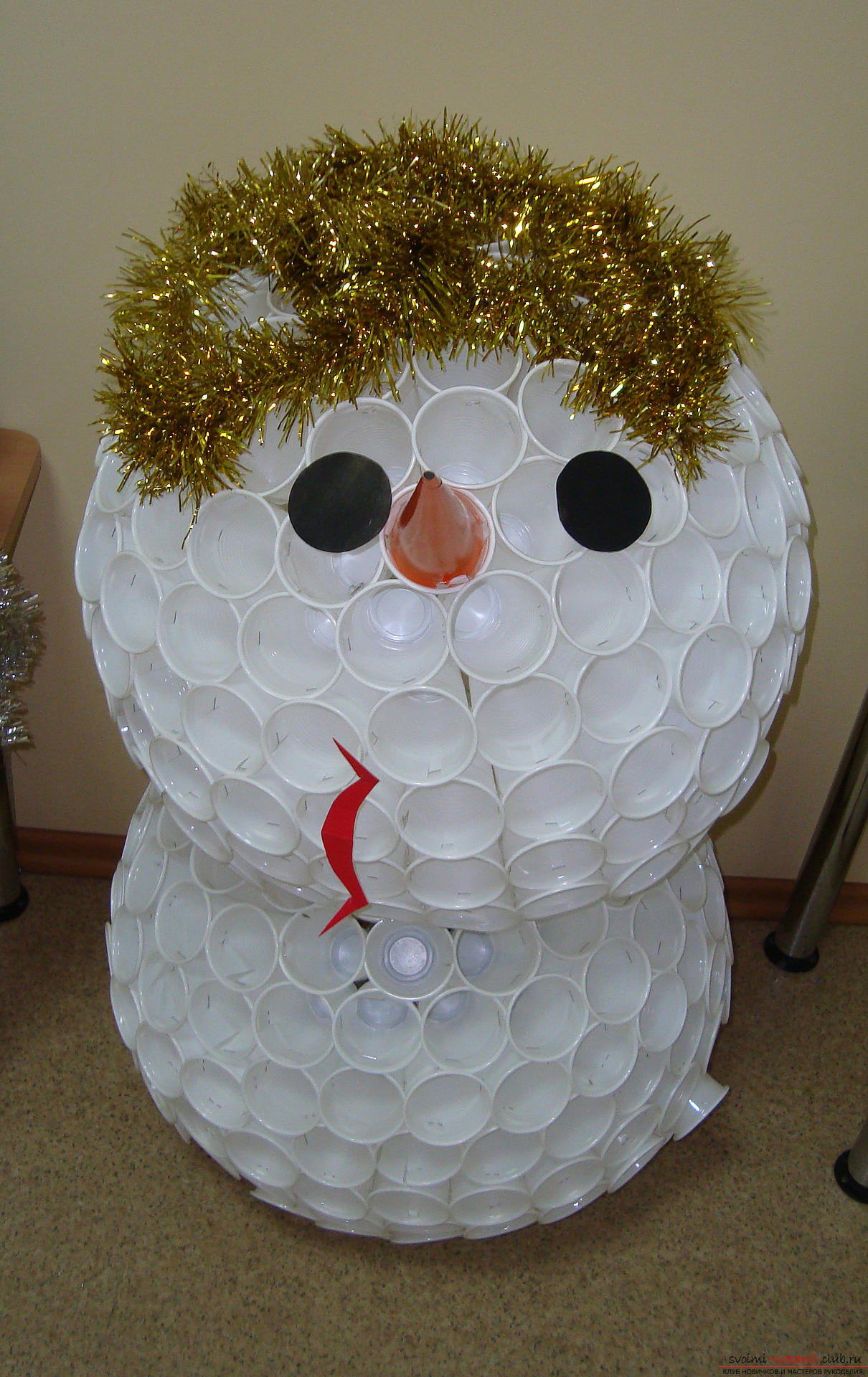 The master class will teach you how to make your own hands a New Year's craft - a snowman from glasses. Photo №1
