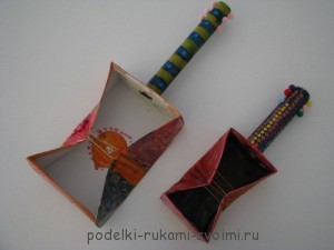 Crafts for children. Guitar with your hands out of the box.