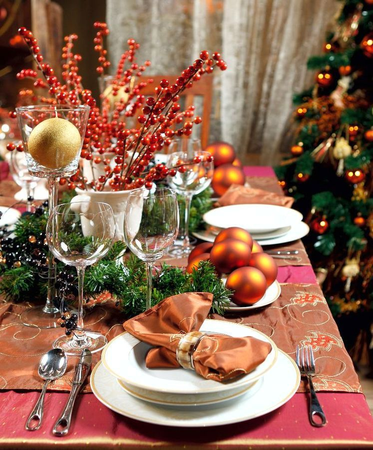 Decor ideas for the New Year's table in orange tones