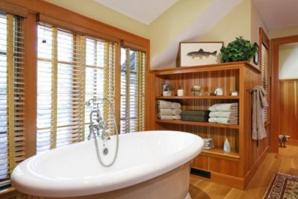 Drewniane okiennice w łazience