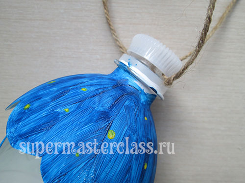 Making a bird feeder from a plastic bottle