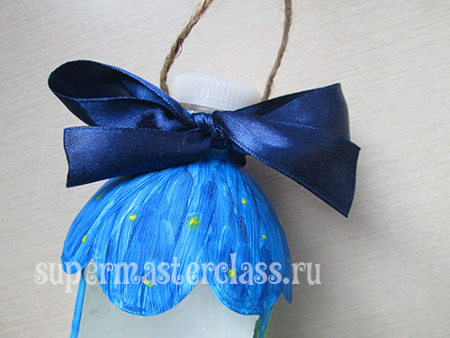Handicrafts for birds from plastic bottles