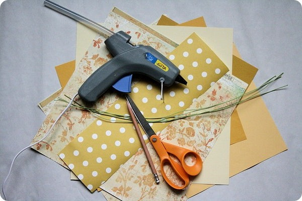 Necessary tools for making an autumn bouquet using quilling technique