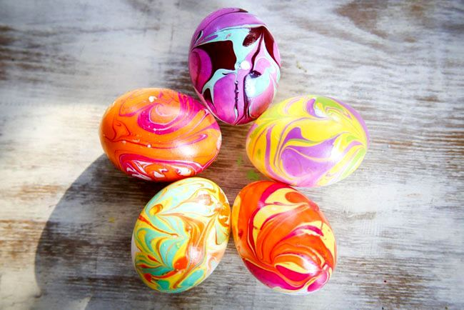 marble Easter eggs with own hands