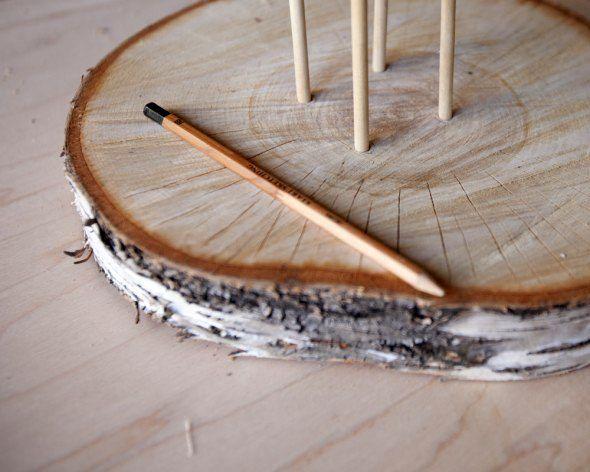 en multi-tiered kage stativ lavet af cut logs 06