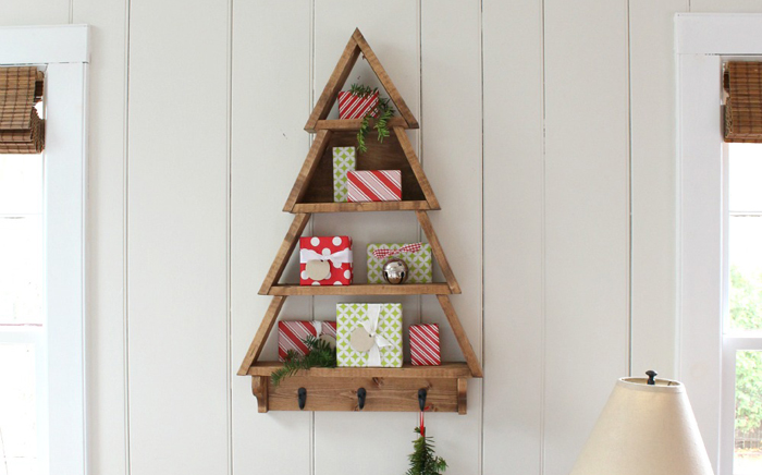 Wall shelf in the form of a Christmas tree