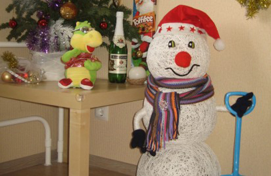 New Year snowmen from threads with their own hands
