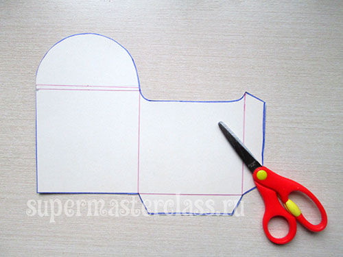 Cut out a template of a New Year's envelope for money.