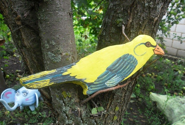 Bird for a decor of a tree made of a flat piece of polystyrene