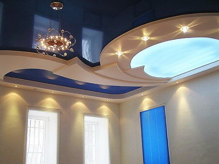 Blue color of the ceiling in the bedroom photo