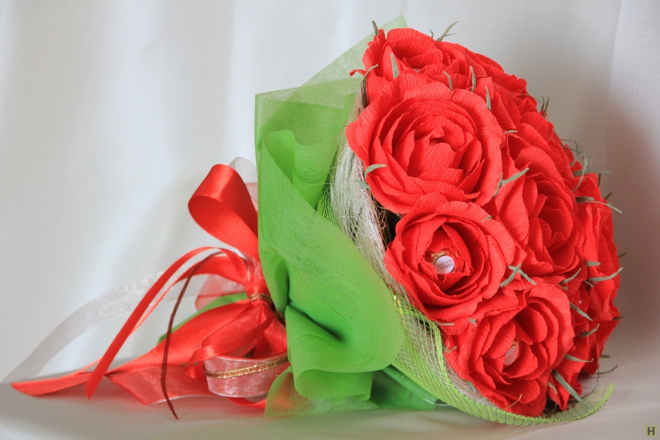 Roses made from corrugated paper with their own hands