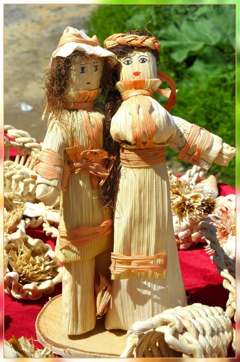 Dolls from corn leaves for home decoration