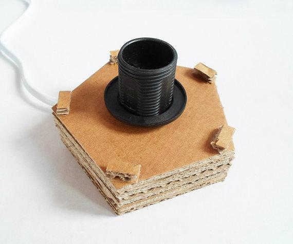 Zelfgemaakte tafellamp uit karton