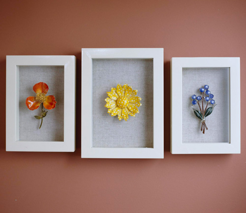 brooch in the frame, decor ideas for the house