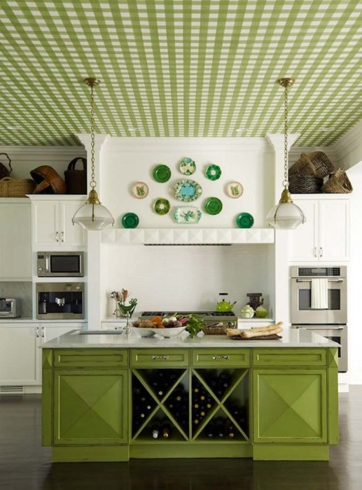 The correct arrangement of decorative plates on the wall