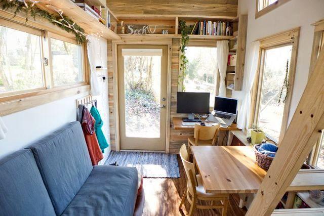 вітальня в маленькому літньому будинку на колесах