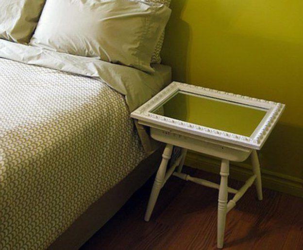 nachtkastje met je handen van een krukje en een spiegel