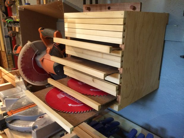 Convenient storage of saw blades from circular saw