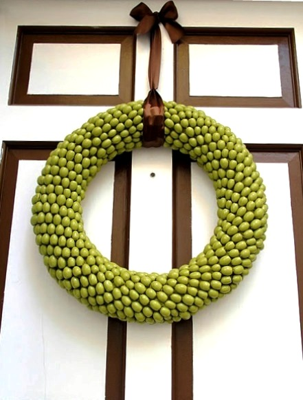 Christmas wreath at the door of the acorn with their own hands