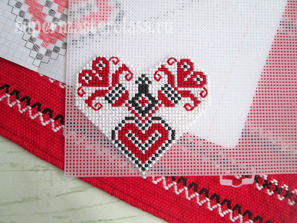Embroider the motif on the plastic canvas